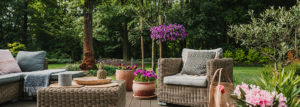 Gartenterasse mit verschiedenen Möbeln