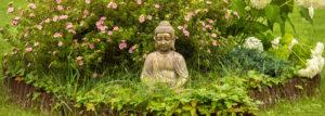 Idyllischer Garten mit Buddha